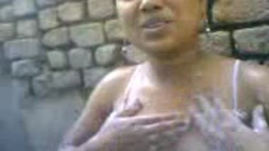 Indian MMS of desi girl caught by cam during bath